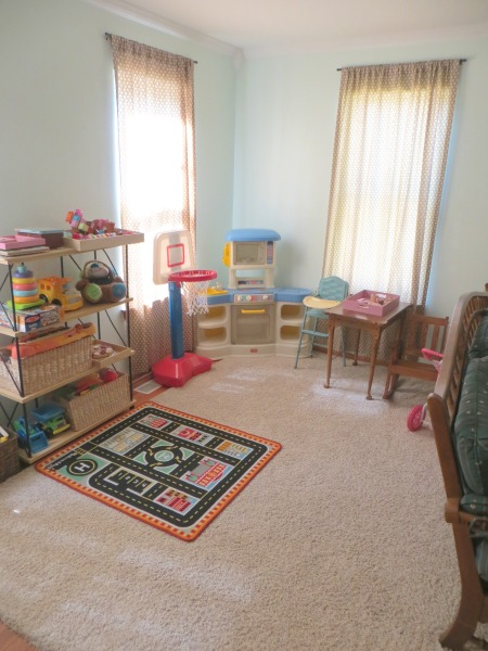 Practical and Heartwarming Minimalist Toy Area